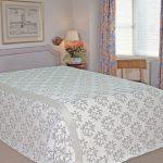 Tagsüber kann ein Bett so schmückend sein - mit Tagesdecken aus Leinen.