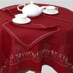 Rote, bestickte Tischdecke, 143 x 143 cm, mit 6 Servietten, 33 x 33cm. Farbe kann vom Foto abweichen.