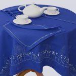 Mittelblaue, bestickte Tischdecke, 143 x 143 cm, mit 6 Servietten, 33 x 33cm. Farbe kann vom Foto abweichen.